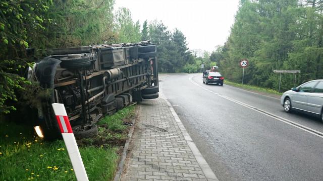 UWAGA! Zdarzenie drogowe na DW933 w Brzeszczach. ZDJĘCIA!
