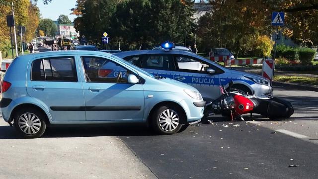 W Chełmku samochód osobowy zderzył się z motocyklem. ZDJĘCIA !