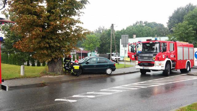 W Polance Wielkiej samochód osobowy uderzył w drzewo. ZDJĘCIA !