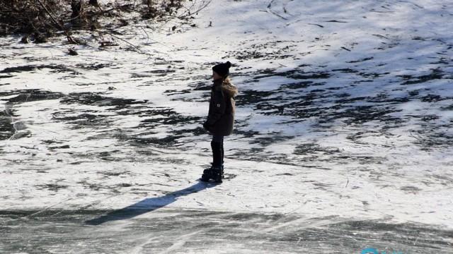 W porę przegonili dzieci z tafli lodowej na Krukach