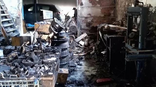 W pożarze warsztatu spłonęło pięć samochodów – FOTO