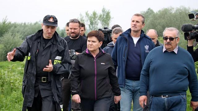 Wicepremier Beata Szydło oraz Minister Infrastruktury odwiedzili tereny na których pracują strażacy – ZDJĘCIA!