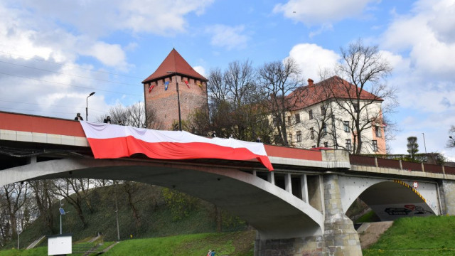 Wielka flaga na moście piastowskim