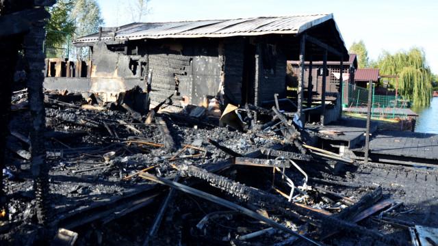 Wilczkowice. Spłonęły dwa domki rekreacyjne- wędkarze mówią o celowym podpaleniu -FOTO- InfoBrzeszcze.pl