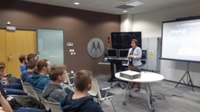 """Wizyta informatyków i elektroników z kęckiego """"Kopernika"""" w Centrum Badawczym Motorola Solution"""