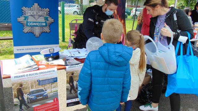 Włosienica. Policjanci promowali bezpieczeństwo podczas charytatywnego pikniku na rzecz leczenia chorej Lenki