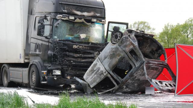 Wypadek drogowy w Łękach, mężczyzna spłonął w samochodzie osobowym. ZDJĘCIA !