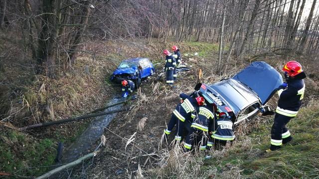 Wypadek na DW948 w Grojcu. Dwa samochody wypadły z drogi. ZDJĘCIA!