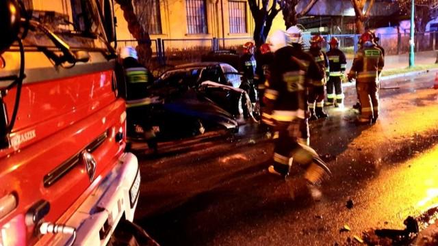 Wypadek na ulicy Kościuszki w Brzeszczach- rozpędzone BMW uderzyło w drzewo - InfoBrzeszcze.pl