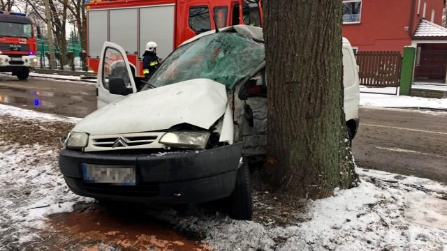 Wypadek w Kętach. Aby ewakuować kierowcę strażacy użyli narzędzi hydraulicznych. ZDJĘCIA!