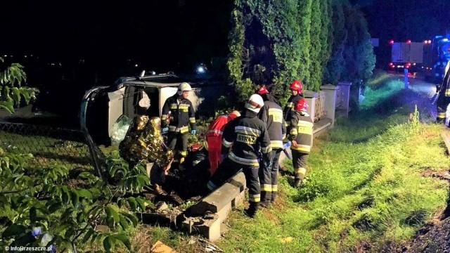 Wypadła z drogi i wywróciła samochód na bok – FOTO