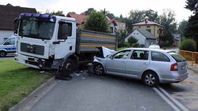Zasnął za kierownicą i wjechał w ciężarówkę – FOTO