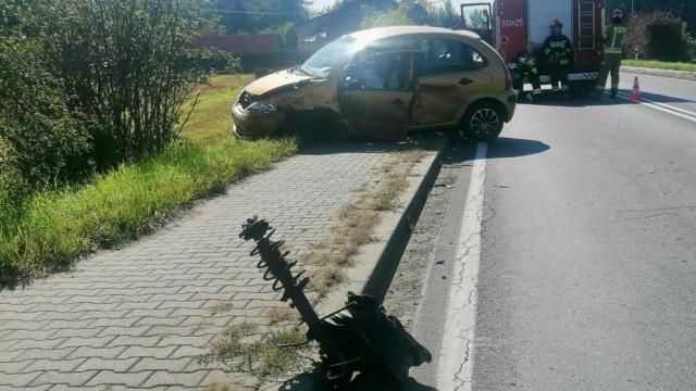 Zasnęła za kierownicą samochodu – FOTO