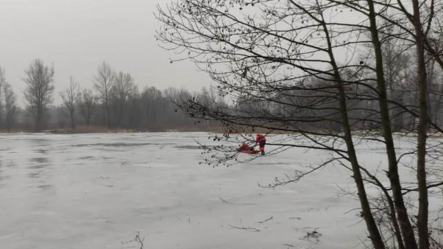 ZATOR. Mężczyzna wpadł pod lód
