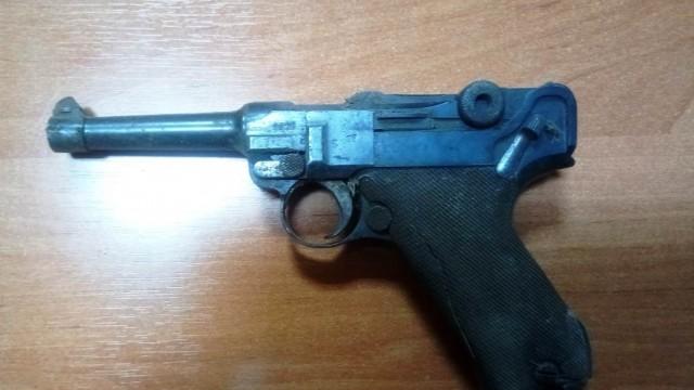 ZATOR. W ścianie przedwojennego budynku znaleźli pistolet z 1918 roku