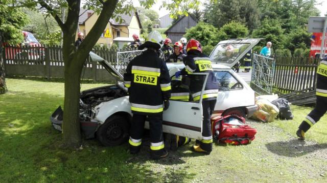 Zdarzenie drogowe w Polance Wielkiej. Samochód staranował ogrodzenie i uderzył w drzewo. ZDJĘCIA, FILM !