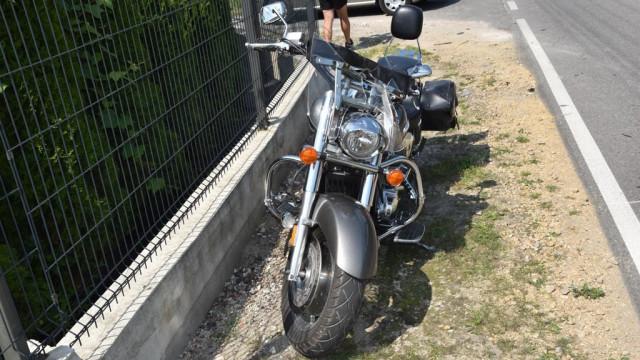 Zderzenie osobówki i motocykla. Motocyklista złamał rękę – FOTO