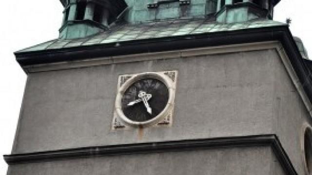 Zegar na wieży kościelnej przy kęckim Rynku znów odmierza czas